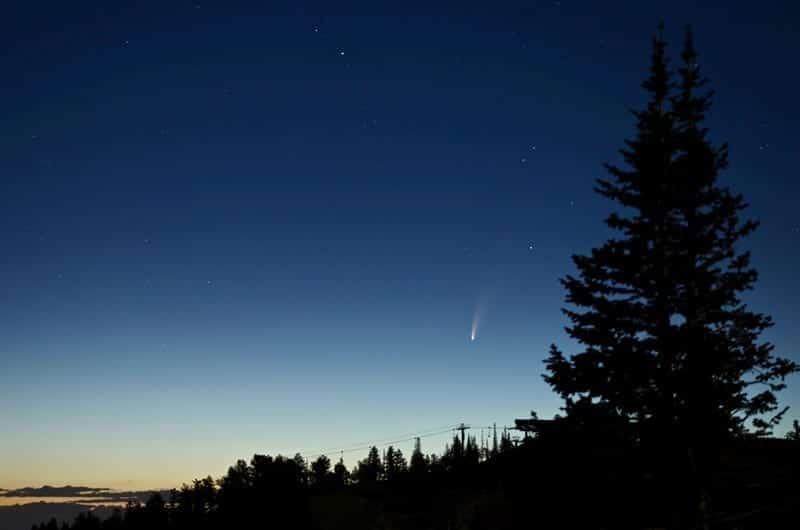 Imagen del cometa NEOWISE fotografiado durante el amanecer del 7 de Julio. Image Credit: NASA/Bill Dunford
